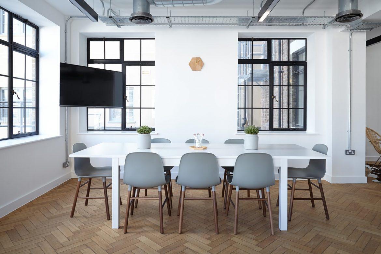 Wyposażenie budynku przeznaczonego pod wynajem powierzchni biurowej.