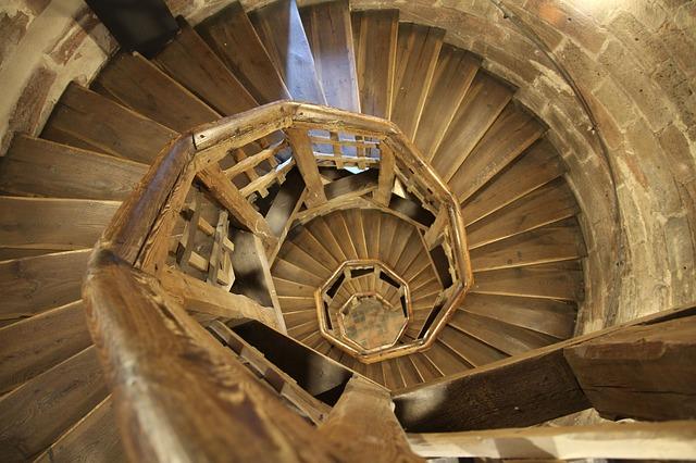 Jakie techniczne rozwiązanie zastosować do schodów półkowych?